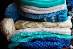 choses tricotées colorées des fils de laine sur l'étagère Image stock
