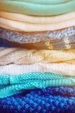 choses tricotées colorées des fils de laine sur l'étagère Photos libres de droits