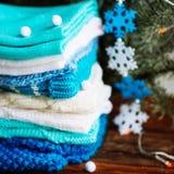 choses tricotées colorées des fils de laine sur l'étagère Photo stock