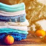 choses tricotées colorées des fils de laine sur l'étagère Image libre de droits