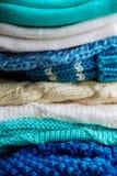 choses tricotées colorées des fils de laine sur l'étagère Photographie stock