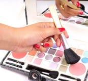 chosing makeupkupa arkivfoto