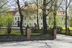 Chotebor parkerar den historiska chateauen med offentligt under vårtid arkivfoton