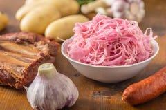 Chou aigre avec les pommes de terre fumées et l'ail de saucisses de nervures photos stock