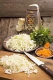 Chou blanc coupé en tranches pour préparer la salade ou la choucroute Image libre de droits