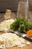 Chou blanc coupé en tranches pour préparer la salade ou la choucroute Photos stock