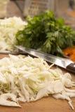 Chou blanc coupé en tranches pour préparer la salade ou la choucroute Photographie stock libre de droits