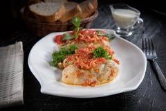 Chou bourré de la viande hachée avec du riz, avec la sauce de sauce à ail et tomate images libres de droits