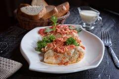 Chou bourré de la viande hachée avec du riz, avec la sauce de sauce à ail et tomate photographie stock libre de droits