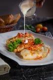 Chou bourré de la viande hachée avec du riz, avec la sauce de sauce à ail et tomate image libre de droits