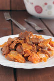 Chou braisé avec des champignons en sauce tomate Photos libres de droits