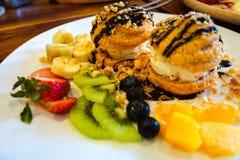 Chou Cream mit Eiscreme, Banane, Erdbeere, Mango lizenzfreie stockbilder