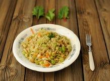 Chou cuit avec des feuilles de brocoli et de cardon Image libre de droits