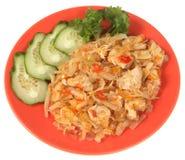 Chou cuit avec le poulet, le concombre frais et le persil. images libres de droits