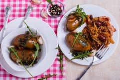 Chou cuit avec les pommes de terre cuites au four Images libres de droits