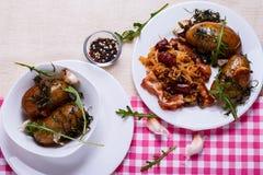 Chou cuit avec les pommes de terre cuites au four Photographie stock libre de droits