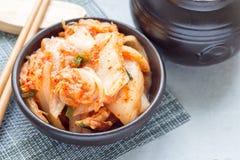 Chou de Kimchi Apéritif coréen dans la cuvette en céramique, horizontale photo stock