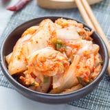Chou de Kimchi Apéritif coréen dans une cuvette en céramique, place photographie stock