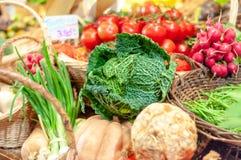 Chou de Milan et d'autres légumes frais à vendre dans un parisien images stock