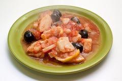 Chou-fleur avec les olives et le citron. Chemin de découpage. photographie stock libre de droits