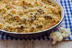 Chou-fleur cuit au four avec l'oeuf et le fromage Photo libre de droits
