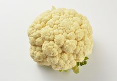 Chou-fleur d'isolement sur le fond blanc photo stock