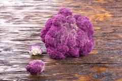 Chou-fleur pourpre sur un en bois Image libre de droits