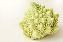 Chou-fleur romain frais, chou de brocoli de romanesco d'isolement sur le fond blanc avec l'espace de copie photo stock