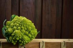 Chou-fleur roman frais vert, sur le fond en bois Photos stock
