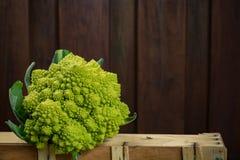 Chou-fleur roman frais vert, sur le fond en bois Images stock