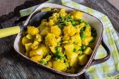 Chou-fleur végétarien de pois de pomme de terre de cocotte en terre Images stock