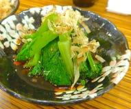 Chou frisé chinois avec les flocons secs de bonito Images stock