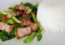 Chou frisé fait sauter à feu vif avec du porc croustillant Images stock