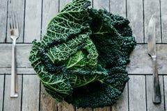 Chou frisé vert frais la plupart des légumes utiles sur l'esprit en bois de fond Photographie stock