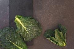 Chou frisé vert frais sur la surface foncée Images libres de droits