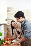 Chou-rave de découpage d'homme dans la cuisine Photos libres de droits