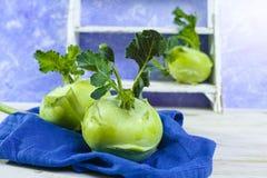 Chou vert frais de chou-rave avec les feuilles vertes Images stock