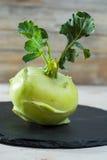 Chou vert frais de chou-rave avec les feuilles vertes Photos libres de droits