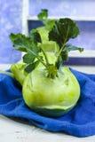 Chou vert frais de chou-rave avec les feuilles vertes Photographie stock