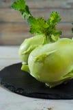 Chou vert frais de chou-rave avec les feuilles vertes Image stock