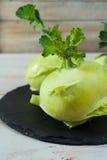 Chou vert frais de chou-rave avec les feuilles vertes Photos stock