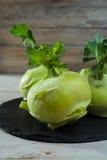 Chou vert frais de chou-rave avec les feuilles vertes Image libre de droits