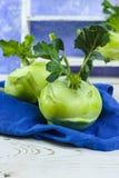 Chou vert frais de chou-rave avec les feuilles vertes Photographie stock libre de droits