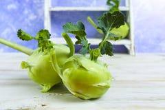 Chou vert frais de chou-rave avec les feuilles vertes Images libres de droits