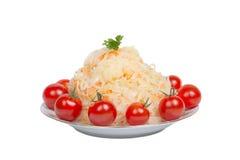 Choucroute avec des tomates d'un plat d'isolement sur le fond blanc Photo libre de droits