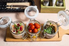 Choucroute, concombres marinés de chou et tomates, marinade photos stock