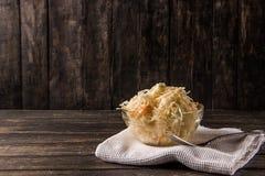 Choucroute en glace avec une fourchette et gaufre blanche sur un fond foncé image stock