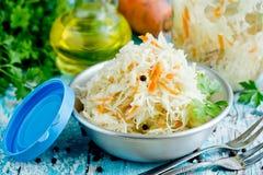 Choucroute faite maison avec le chou blanc de carotte, doux et aigre images libres de droits