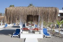 Échouez le belvédère avec des chaises longues par la mer dans Camyuva Photo libre de droits