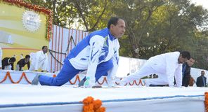 Chouhan, κύριος υπουργός Shivraj singh Madhya pradesh που εκτελεί τη γιόγκα στοκ εικόνα